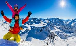 Szczęśliwa rodzinna cieszy się zima być na wakacjach w górach zdjęcia stock