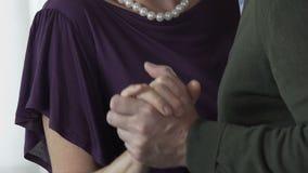 Szczęśliwa rodzinna dancingowa odświętności rocznica ich ślub, długożyciowa miłość zbiory