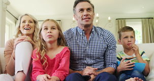 Szczęśliwa rodzinna dopatrywanie telewizja w żywym pokoju wpólnie zdjęcie wideo