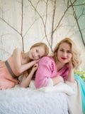 Szczęśliwa rodzinna mama i córka w sypialni na łóżku Zdjęcie Royalty Free