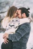 szczęśliwa rodzinna pary zabawa mieć zima parkowego potomstwo rodzina na zewnątrz Miłość Zdjęcia Royalty Free