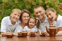 Szczęśliwa rodzinna pije herbata Zdjęcie Royalty Free
