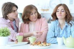 Szczęśliwa rodzinna pije herbata wpólnie Zdjęcie Royalty Free