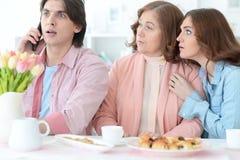 Szczęśliwa rodzinna pije herbata wpólnie Obraz Royalty Free