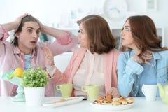 Szczęśliwa rodzinna pije herbata wpólnie Obraz Stock
