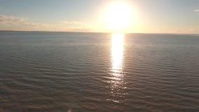 Szczęśliwa rodzinna pozycja na krawędzi falezy przeciw morzu strzela od powietrza zmierzchowi i, zbiory wideo