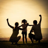 Szczęśliwa rodzinna pozycja na plaży Obraz Royalty Free