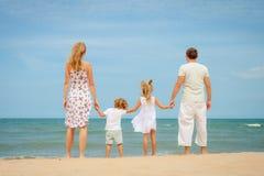 Szczęśliwa rodzinna pozycja przy plażą Zdjęcia Royalty Free