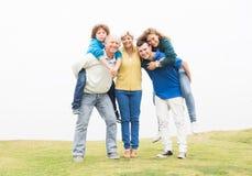 Szczęśliwa rodzinna pozycja w gazonie wpólnie Obraz Royalty Free