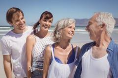 Szczęśliwa rodzinna pozycja w rzędzie przy plażą Zdjęcie Stock