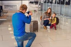 Szczęśliwa rodzinna robi fotografia w lotnisku zdjęcia royalty free
