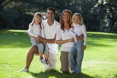 szczęśliwa rodzinna zabawa mieć parka zdjęcia royalty free