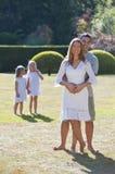szczęśliwa rodzinna zabawa mieć parka fotografia stock