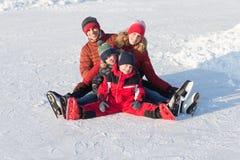 Szczęśliwa rodziny łyżwa w zimie fotografia stock
