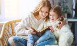 Szczęśliwa rodziny matka czyta książkę dziecko córka okno zdjęcie stock