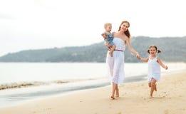 Szczęśliwa rodziny matka, dzieci na plaży morzem w lecie i Zdjęcia Royalty Free