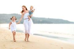 Szczęśliwa rodziny matka, dzieci na plaży morzem w lecie i Zdjęcie Stock