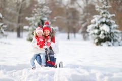 Szczęśliwa rodziny matka, dziecko na zimie i chodzimy pijący herbaty obrazy royalty free