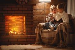 Szczęśliwa rodziny matka i dziecko córka czytamy książkę na zimy eveni obraz royalty free
