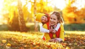Szczęśliwa rodziny matka i dziecko córka na jesieni chodzimy Fotografia Stock