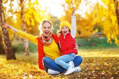 Szczęśliwa rodziny matka i dziecko córka na jesieni chodzimy Zdjęcie Stock
