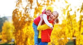 Szczęśliwa rodziny matka i dziecko córka na jesieni chodzimy Obraz Stock