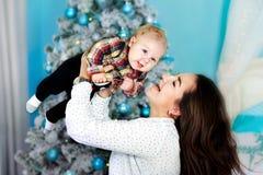 Szczęśliwa rodziny matka i dziecko mały syn bawić się do domu na Bożenarodzeniowych wakacjach Nowego Roku ` s wakacje Berbeć z ma obraz stock