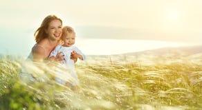 Szczęśliwa rodziny matka i dziecko syn śmia się w naturze Fotografia Stock