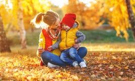 Szczęśliwa rodziny matka i dziecko syn na jesieni chodzimy Zdjęcia Royalty Free