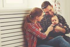 Szczęśliwa rodziny matka, ojciec bawić się z dzieckiem i zdjęcie stock