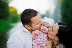 Szczęśliwa rodziny matka, ojciec, dziecko córka obraz royalty free