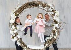 Szczęśliwa rodziny matka, ojciec i dwa dziecka, obraz royalty free