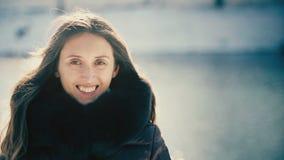 Szczęśliwa Romantyczna dziewczyna w zimie kobieta uśmiechnięta zbiory wideo