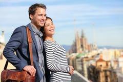 Szczęśliwa romantyczna para patrzeje widok Barcelona obrazy royalty free