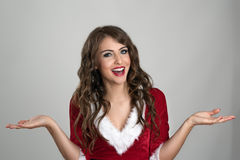 Szczęśliwa roześmiana Bożenarodzeniowa Santa kobieta z otwartymi rozciągniętymi rękami Fotografia Stock