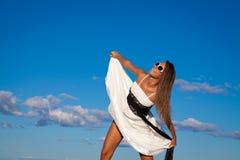 Szczęśliwa Roześmiana panna młoda nad niebieskim niebem zdjęcia royalty free
