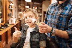 Szczęśliwa rozochocona chłopiec pokazuje OK gest Obraz Royalty Free