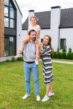 Szczęśliwa rozochocona kobieta stoi blisko jej męża fotografia stock