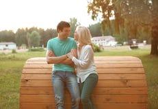 Szczęśliwa rozochocona para w miłości Zdjęcia Royalty Free
