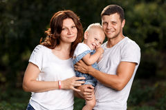 Szczęśliwa rozochocona rodzina z dziećmi outdoors Obraz Stock