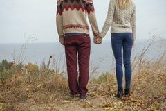 Szczęśliwa rozważna pary pozycja na falezie blisko dennego przytulenia eac Fotografia Stock