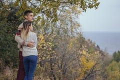 Szczęśliwa rozważna pary pozycja na falezie blisko dennego przytulenia eac Zdjęcia Stock