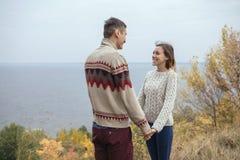 Szczęśliwa rozważna pary pozycja na falezie blisko dennego przytulenia eac Fotografia Royalty Free