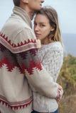Szczęśliwa rozważna pary pozycja na falezie blisko dennego przytulenia eac Zdjęcia Royalty Free