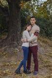 Szczęśliwa rozważna pary pozycja na falezie blisko dennego przytulenia eac Zdjęcie Stock