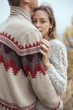 Szczęśliwa rozważna pary pozycja na falezie blisko dennego przytulenia eac Obrazy Stock