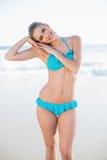 Szczęśliwa seksowna blondynka w bikini pozować Zdjęcie Royalty Free
