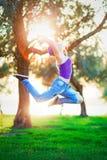 Szczęśliwa skokowa dziewczyna w słonecznym dniu fotografia royalty free