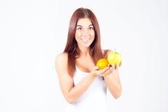 Szczęśliwa smilling kobieta z pomarańcze i jabłkiem w rękach Zdrowy Styl życia Zdjęcie Stock