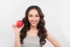 Szczęśliwa sport kobieta pokazuje czerwonego jabłka Zdrowy owocowy pojęcie Zdjęcie Stock